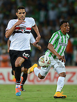 MEDELLÍN -COLOMBIA-19-11-2014. Alan Kardec (Izq) jugador de Sao paulo de Brasil gana la posición a Farid Diaz (Der) jugador de Atlético Nacional de Colombia durante juego de ida de la semifinal en la Copa Total Sudamericana 2014 realizado en el estadio Atanasio Girardot de Medellín./ Alan Kardec (L) player of Sao Paulo of Brazil win the position to Farid Diaz (R) player of Atletico Nacional of Colombia during the first leg match for the semifinals of the Copa Total Sudamericana 2014 played at Atanasio Girardot stadium in Medellin. Photo: VizzorImage/Luis Ríos/STR