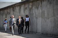 Die Frau US-Praesidenten Barack Obama, Michelle (r.), Obama Schwester Auma, Tochter Malia und Sasha (hinten), Axel Klausmeier, Direktor der Stiftung Berliner Mauer (l.) und Joachim Sauer, Ehepartner von Bundeskanzlerin Angela Merkel (2.v.l vorne) am Mittwoch (19.06.13) beim Gedenkstaette Berliner Mauer in Berlin. Foto: Maja Hitij/Commonlens