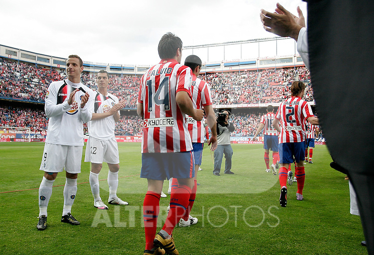 Getafe's players make a step way to congratulate Atletico de Madrid's players during La Liga match, May 15, 2010. (ALTERPHOTOS/Alvaro Hernandez).