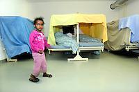 bambina somala nel centro per asilanti, richiedenti asilo politico,in un ex bunker a Biasca, Canton Ticino, Svizzera.