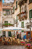 Italien, Kampanien, Sorrentinische Halbinsel, Amalfikueste, Atrani: Bars und Cafes auf der Piazza Umberto I. | Italy, Campania, Sorrento Peninsula, Amalfi Coast, Atrani: Bars and Cafes at the Piazza Umberto I.