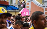 BELÉM, PA, 11.10.2014 - TRASLADAÇÃO / CÍRIO 2014 / BELÉM  - Fiel paga promeça pela graça alcançada com uma replica de uma casa durante a trasladação na noite deste sábado (11), em Belém. O  traslado da Imagem é realizada na noite do sábado que antecede o Círio de Nazaré. tem o  seu percurso do Colégio Gentil Bittencourt até Igreja da Sé,onde os fiéis se dirigem em procissão. A trasladação faz o sentido inverso ao do Círio. (Foto: Paulo Lisboa / Brazil Photo Press)