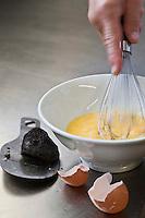 Europe/France/Aquitaine/24/Dordogne/Sorges: Préparation des oeufs brouillés aux truffes à l'Auberge de la Truffe