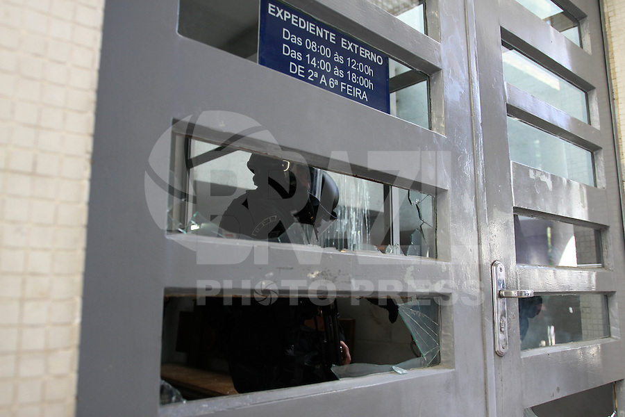 CURITIBA, PR, 28.08.2014 - CONFUSÃO / HOSPITAL DE CLINICA / CURITIBA - Cerca de 200 pessoas entre alunos e professores do Hospital de Clinicas  (HC), fazem maninifestação nesta manhã desta quinta-feira (28) no pátio da reitoria  da Universidade Federal do Paraná ( UFPR), em Curitiba. Eles são contrarios a adesão do Hospital de Clínicas (HC) com a Empresa Brasileira de Serviços Hospitalares (Ebserh). Equipes do Batalhão de Choque da Polícia Militar (PM) entraram em confronto com os manifestantes  que estão, tiro de bombas de efeito moral, bala de borracha e o uso de spray de pimenta foram utilizados.(Foto: Paulo Lisboa / Brazil Photo Press)