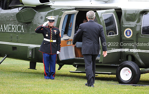 Washington, DC - December 17, 2008 -- United States President George W. Bush makes his way to Marine One as he departs the White House for a day trip to Carlisle, Pennsylvania, in Washington on December 17, 2008. .Credit: Kevin Dietsch - Pool via CNP