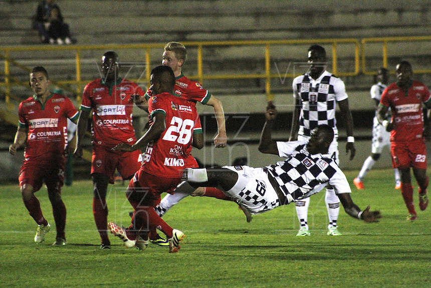 TUNJA - COLOMBIA -12 - 03-2015: Efrain Viafara (Der.) jugador de Boyaca Chico FC disputa el balón con Raúl Loaiza (Izq.) jugador de Patriotas FC, durante partido Boyaca Chico FC y Patriotas FC, de la fecha 9de la Liga Aguila I-2015, jugado en el estadio La Independencia de la ciudad de Tunja. / Efrain Viafara (R) player  of Boyaca Chico FC vies for the ball with Raúl Loaiza (L) player of Patriotas FC, during a match Boyaca Chico FC and Patriotas FC, for the 9 date of the Liga Aguila I-2015 at the La Independencia  stadium in Tunja city, Photo: VizzorImage  / Cesar Melgarejo / Cont.