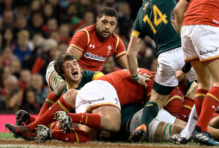 South Africa's Uzair Cassiem scores his sides first try<br /> <br /> Photographer Simon King/CameraSport<br /> <br /> International Rugby Union Friendly - Wales v South Africa - Saturday 26th November 2016 - Principality Stadium - Cardiff<br /> <br /> World Copyright &copy; 2016 CameraSport. All rights reserved. 43 Linden Ave. Countesthorpe. Leicester. England. LE8 5PG - Tel: +44 (0) 116 277 4147 - admin@camerasport.com - www.camerasport.com