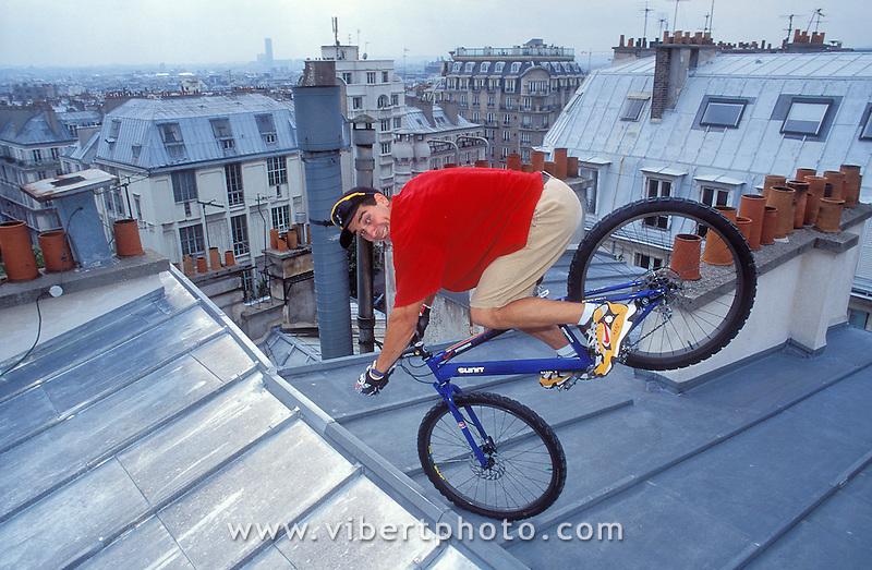 Thierry Girard sur les toits de Pigale en VTT Trial