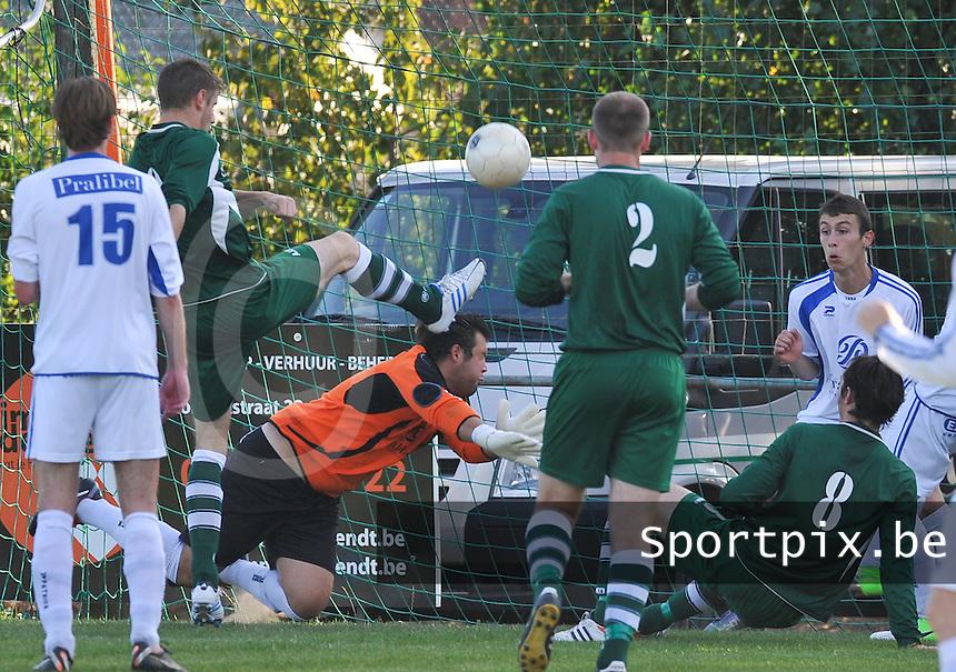 Rekkem Sport - Kuurne : Davy Provoost (links) probeert de bal tevergeefs voorbij doelman Yannic Herreman te krijgen.foto VDB / BART VANDENBROUCKE
