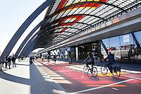 Nederland Amsterdam 2016 05 01. De Ruijterkade. Overkapping achter Centraal Station. Foto Berlinda van Dam / Hollandse Hoogte