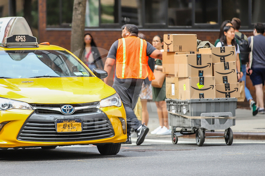 NOVA YORK, EUA, 06.09.2019 - ECONOMIA-EUA - Entregador da empresa Amazon é visto caminhando na Ilha de Manhattan em Nova York . (Foto: Vanessa Carvalho/ Brazil Photo Press)