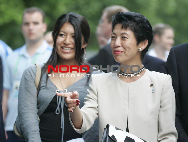 FIFA WM 2006 - Promis in Hannover in der Fifa Arena<br /> <br />  Gast aus Japan, Kaiserliche Hoheit Prinzessin Takamoto mit Tochter. Die Prinzessin ist Ehrenpraesidentin des Japanischen Fussballverbandes.<br /> <br /> Foto &copy; nordphoto
