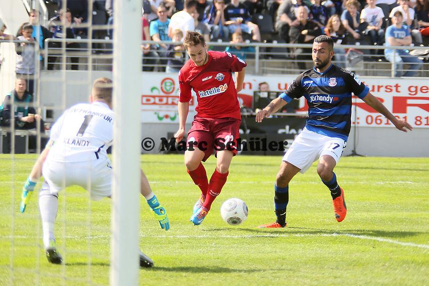 Chance fuer Michael Heinloth (Paderborn) gegen Joan Oumari und Patric Klandt (FSV) - FSV Frankfurt vs. SC Paderborn 07, Frankfurter Volksbank Stadion