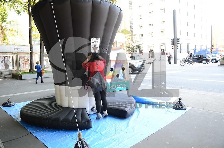 SAO PAULO, 03 DE AGOSTO DE 2012 - CHAPEU GIGANTE AVENIDA PAULISTA - Um Chapeu gigante inflavel e visto na Avenida Paulista na tarde desta sexta feira. Por um orificio pedestres visualizam uma mensagem dentro do chapeu. FOTO: ALEXANDRE MOREIRA - BRAZIL PHOTO PRESS
