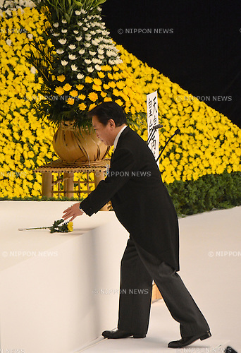 August 15, 2012, Tokyo, Japan - Japan's Prime Minister Yoshihiko Noda offers a chrysanthemum during a ceremony marking the 67th anniversary of the end of World War II at Tokyo's Budokan Martial Arts Hall on Wednesday, August 15, 2012.  (Photo by Natsuki Sakai/AFLO) AYF -mis-