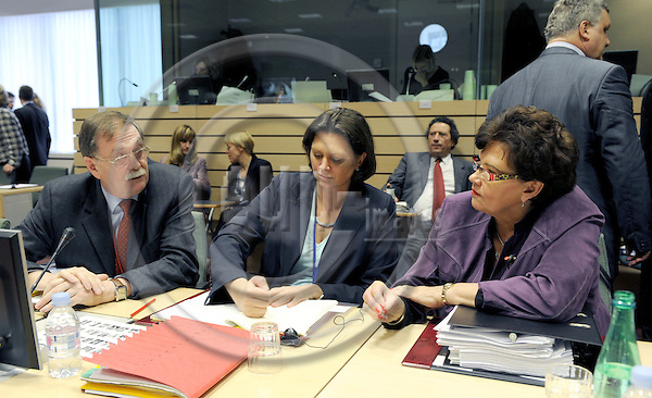 Brussels-Belgium, 18 November 2008 -- Meeting of European Ministers on Agriculture and Fisheries; here, Ilse AIGNER (ce), newly appointed German Federal Minister for Food, Agriculture and Consumer Protection, with her State Secretary Gert LINDEMANN (le), and her counterpart from Finland, Sirkka-Liisa ANTTILA (ri), Finnish Minister for Agriculture and Forestry -- Photo: Horst Wagner/eup-images