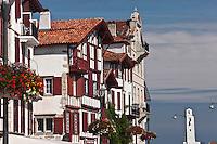 Europe/France/Aquitaine/64/Pyrénées-Atlantiques/Pays-Basque/Ciboure:  Maisons du Quai Maurice Ravel , Maison natale de Ravel et le phare à l'entrée du port de Saint-Jean-de-Luz ,classé monument historique, construit par André Pavlovsky