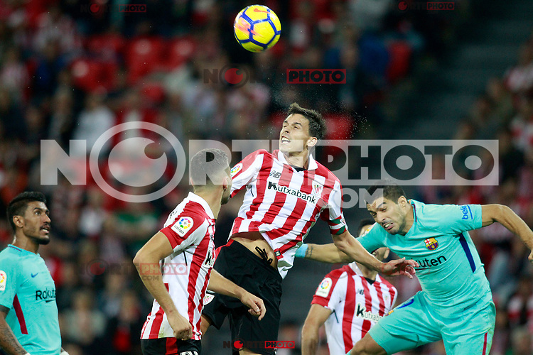 Athletic de Bilbao's Ander Iturraspe (l) and FC Barcelona's Luis Suarez during La Liga match. October 28,2017. (ALTERPHOTOS/Acero) /NortePhoto.com