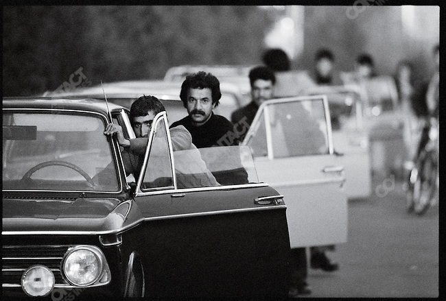 Following oil production stoppages, drivers push their vehicles in long queues for gasoline. Tehran, January 2, 1979.