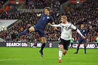 John Stones (England) klaert gegen Timo Werner (Deutschland, Germany) - 10.11.2017: England vs. Deutschland, Freundschaftsspiel, Wembley Stadium