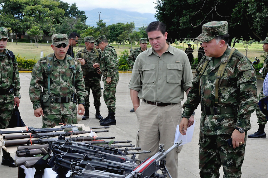 TAME - COLOMBIA - 21-07-2013: Juan Carlos Pinzon (Cent.), Ministro de Defensa de Colombia y el General Sergio Mantilla (Der.) Comandante del Ejército Nacional, observan las armas incautadas a las Fuerzas Armadas Revolucionarias de Colombia (FARC), durante rueda de prensa en Tame departamento de Arauca, Colombia, julio 21 de 2013. El Presidente Juan Manuel Santos, durante consejo de seguridad en esta población, ordeno a la Fuerzas Miltares aumentar los operativos para dar con los responsables del atentado  donde al menos 15 soldados del Ejercito de Colombia murieron en un ataque de las FARC a un grupo de soldados que cuidaban el oleoducto en esta región del país. (Foto: MinDefensa / VizzorImage / Filibrto Guarnizo / Cont.). Juan Carlos Pinzon (C), Minister of Defense of Colombia and General Sergio Mantilla (R) Commander of the Colombian Army, observed the weapons seized from the Revolutionary Armed Forces of Colombia (FARC), during press conference in Tame department Arauca, Colombia, July 21, 2013. President Juan Manuel Santos, during the Security Council in this city, ordered the Army increase the Military operating to find those responsible for the attack in which at least 15 Army soldiers were killed for the FARC attack to a group of soldiers guarding the pipeline in this region. (Photo: Minister of Defense / VizzorImage / Filibrto Guarnizo / Cont.)