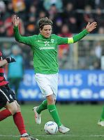 FUSSBALL   1. BUNDESLIGA   SAISON 2011/2012    20. SPIELTAG  05.02.2012 SC Freiburg - SV Werder Bremen Clemens Fritz (SV Werder Bremen) mit Ball