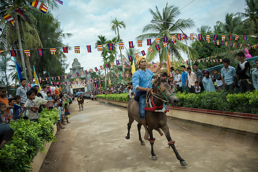 04/10/2013 - Vihear Suor (Kandal - Cambodia). Horse riders compete during the annual races held as part of the Festival of the Dead (Pchum Ben) in the small village of Vihear Suor. © Thomas Cristofoletti / Ruom.