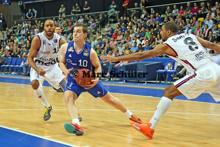 Max Merz (Skyliners) gegen Kevin Hamilton und Dennis Sealy (Bareuth) - Fraport Skyliners vs. medi Bayreuth, Fraport Arena Frankfurt