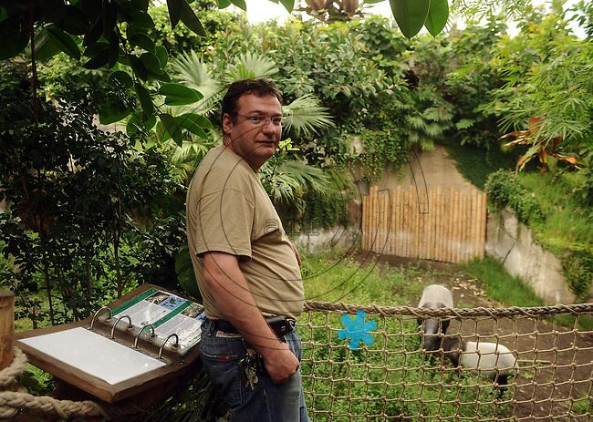 Tapir Jungtier im Gondwanaland des Zoo Leipzig mit Muttertier beim Fressen und anschließendem Baden - Kurator Fabian Schmidt.  Foto: Norman Rembarz