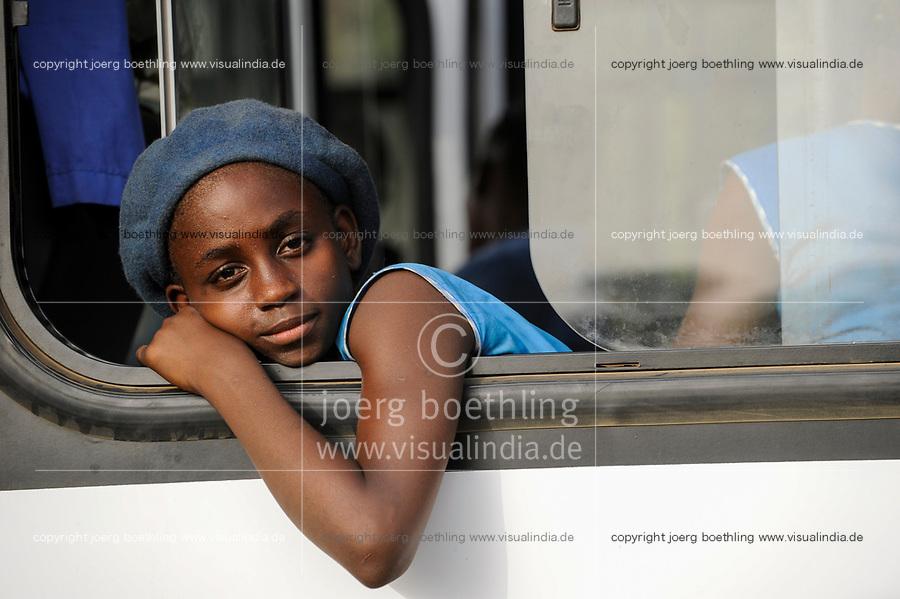 SIERRA LEONE, Kent, school girl in blue school uniform looking out a bus window /<br /> SIERRA LEONE, Kent, Maedchen in Schuluniform in einem Bus