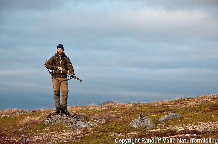 Støkkjeger på Rolvsøy i Finnmark. ---- Hunter on Rolvsøy in Finnmark.