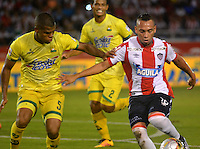 BARRANQUILLA- COLOMBIA -01-05-2016: Jarlan Barrera (Der.) jugador de Atletico Junior disputa el balón con Luis Sierra (Izq.) jugador de Atletico Bucaramanga, durante partido entre Atletico Junior y Atletico Bucaramanga, de la fecha 16 de la Liga Aguila I-2016, jugado en el estadio Metropolitano Roberto Melendez de la ciudad de Barranquilla. / Jarlan Barrera (R) player of Atletico Junior vies for the ball with Luis Sierra (R) player of Atletico Bucaramanga, during a match between Atletico Junior and Atletico Bucaramanga, for date 16 of the Liga Aguila I-2016 at the Metropolitano Roberto Melendez Stadium in Barranquilla city, Photo: VizzorImage  / Alfonso Cervantes / Cont.
