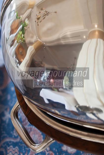 Europe/France/Provence-Alpes-Côte d'Azur/06/Alpes-Maritimes/Antibes/Juan-les-Pins: Hôtel Belle Rives _Salle art déco du restaurant: La Passagère -  Reflet de la salle dans l'argenterie d'un chariot à deécouper