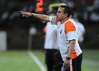 MEDELLÍN -COLOMBIA-05-10-2013. Juan Carlos Sánchez técnico de Envigado durante partido con Atlético Nacional válido por la fecha 14 de la Liga Postobón II 2013 jugado en el estadio Atanasio Girardot de la ciudad de Medellín./ Juan Carlos Sanchez coach of Envigado during match with Atletico Nacional valid for the 14th date of Postobon  League II 2013 played at Atanasio Girardot stadium in Medellin city. Photo: VizzorImage/Luis Ríos/STR
