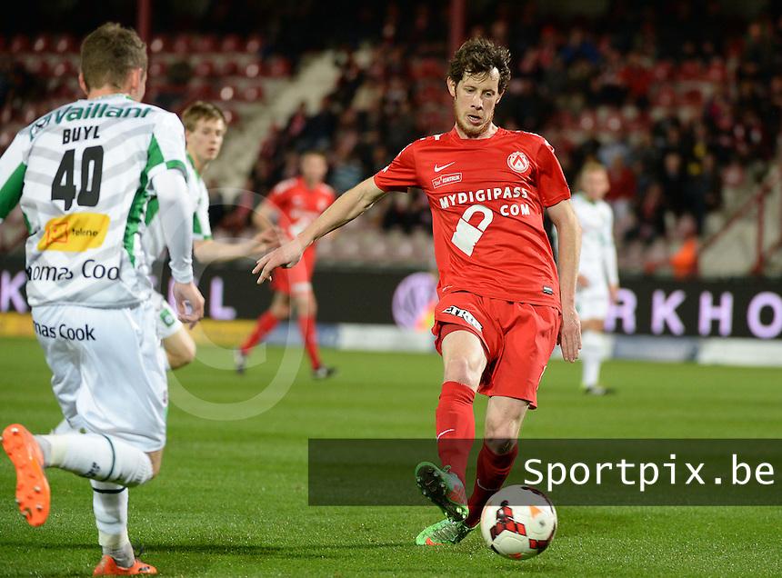 KV Kortrijk - Cercle Brugge : Thomas Matton (r) aan de bal <br /> foto VDB / BART VANDENBROUCKE