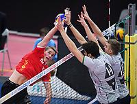 Volleyball 1. Bundesliga  Saison 2017/2018 TV Rottenburg - Hypo Tirol Alpen Volleys Haching     27.12.2017 Timon Schippmann (li, TV Rottenburg) gegen Pedro Frances (Mitte, Alpen Volleys Haching) und Rudy Verhoeff (re, Alpen Volleys Haching)