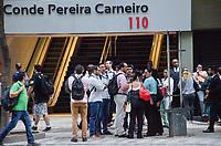 RIO DE JANEIRO, RJ, 19.06.2018 - COTIDIANO-RJ - Um tremor foi sentido em um prédio na Avenida Rio Branco, no número 110, centro da cidade do Rio de Janeiro e deixou dezenas de pessoas assustadas e foi necessario evacuar o predio, nesta tarde terça-feira, 19 (Foto: Vanessa Ataliba/Brazil Photo Press)