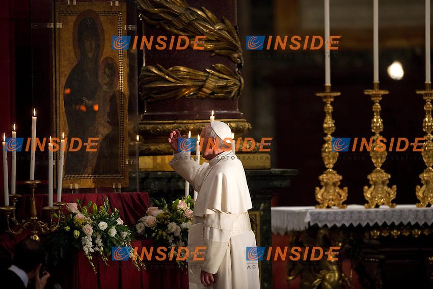 Pope Francis tributes an icon of of the Virgin Mary .Papa Francesco omaggia un ritratto della Madonna, la Vergine Maria .Roma 04/05/2013 Basilica di Santa Maria Maggiore.Holy Rosary - Santo Rosario.Foto Andrea Staccioli Insidefoto