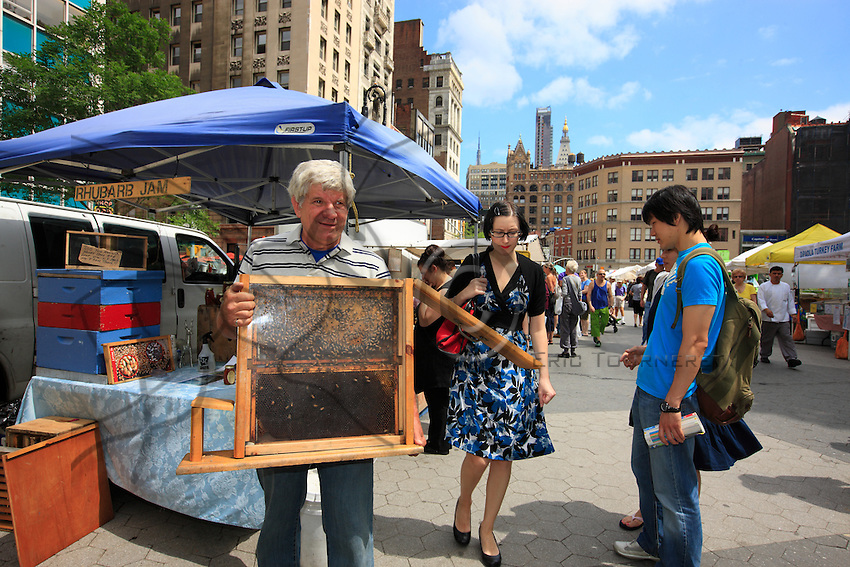 David Graves set up his first hive in New York in 1997 before the ban by the Giuliani administration. Today, he has 14 hives in Manhattan, Brooklyn and the Bronx.<br /> At the organic market on Union Square, David doesn&rsquo;t forget to bring his glassed enclosed exhibition hive for his customers and schoolchildren.