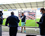 Sargis Adamyan (Hoffenheim) bei einem Interview mit Abstand nach dem Spiel.<br />