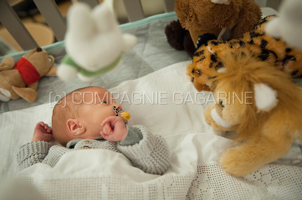 Illustration picture of a newborn baby boy surround by toys and teddy bears in his parc (Heverlee, 31/01/2017)