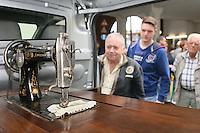 Besucher betrachten die Millionste Nähmaschine der Adam Opel AG