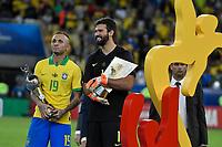 Rio de Janeiro (RJ), 07/07/2019 - Copa América / Final / Brasil x Peru -   Everton e Alisson da seleção Brasileira durante premiação de Campeão da Copa América, no Estádio Maracanã, neste domingo, 07. (Foto: Ricardo Botelho/Brazil Photo Press)