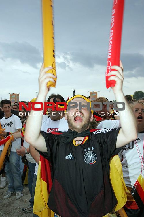 FIFA WM 2006 -  Fan Fest Nuernberg<br /> <br /> Volksfestplatz (ca. 25 000 Zuschauer)<br /> <br /> <br /> <br /> Deutschland - Ecuador<br /> <br /> <br /> <br /> Deutschland Fan fiebert mit seiner Mannschaft kurz vor dem 2:0.<br /> <br /> <br /> <br /> Foto: nordphoto
