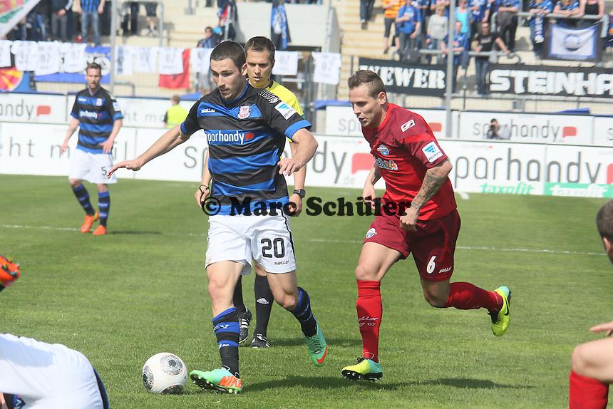 Mathew Leckie (FSV) gegen Marvin Bakalorz (Paderborn) - FSV Frankfurt vs. SC Paderborn 07, Frankfurter Volksbank Stadion
