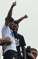 ATENCAO EDITOR IMAGEM EMBARGADA PARA VEICULOS INTERNACIONAIS - SAO PAULO, SP, 18 DEZEMBRO 2012 -  O jogador Paulinho e visto em trio eletrico durante carreata em comemoracao pela conquista do Mundial de Clubes da FIFA, na praca Campo de Bagatele, regiao norte da capital, na manha desta terca feira, 18. (FOTO: ALEXANDRE MOREIRA / BRAZIL PHOTO PRESS).