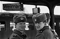 WEIMAR / DDR / GERMANIA EST - MARZO 1990.SOLDATI DELL'ARMATA ROSSA. .FOTO LIVIO SENIGALLIESI..WEIMAR / DDR / EAST GERMANY - MARCH 1990.RUSSIAN SOLDIERS..PHOTO LIVIO SENIGALLIESI
