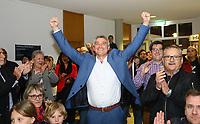 Büttelborn 28.10.2018: Bürgermeister- und Landtagswahl<br /> SPD-Bürgermeisterkandidat Marcus Merkel verfolgt mit den Ausgang der Wahl zu seinen Gunsten. Die Anwesenden applaudieren ihm<br /> Foto: Vollformat/Marc Schüler, Schäfergasse 5, 65428 R'heim, Fon 0151/11654988, Bankverbindung KSKGG BLZ. 50852553 , KTO. 16003352. Alle Honorare zzgl. 7% MwSt.