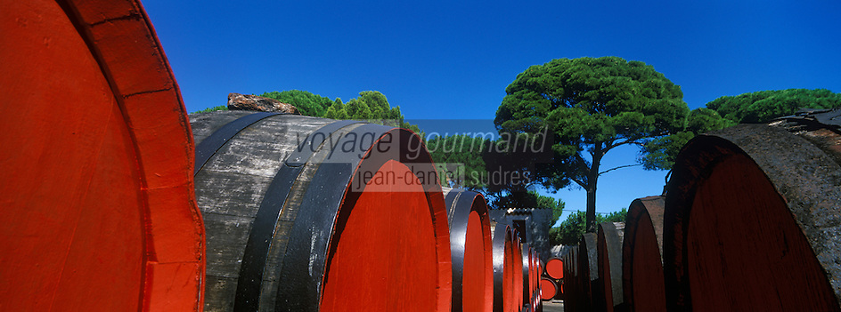 Europe/France/Languedoc-Roussillon/66/Pyrénées -Orientales/Banyuls-s-Mer: CavesTempliers Chai de viellissement en plein air du Banyuls