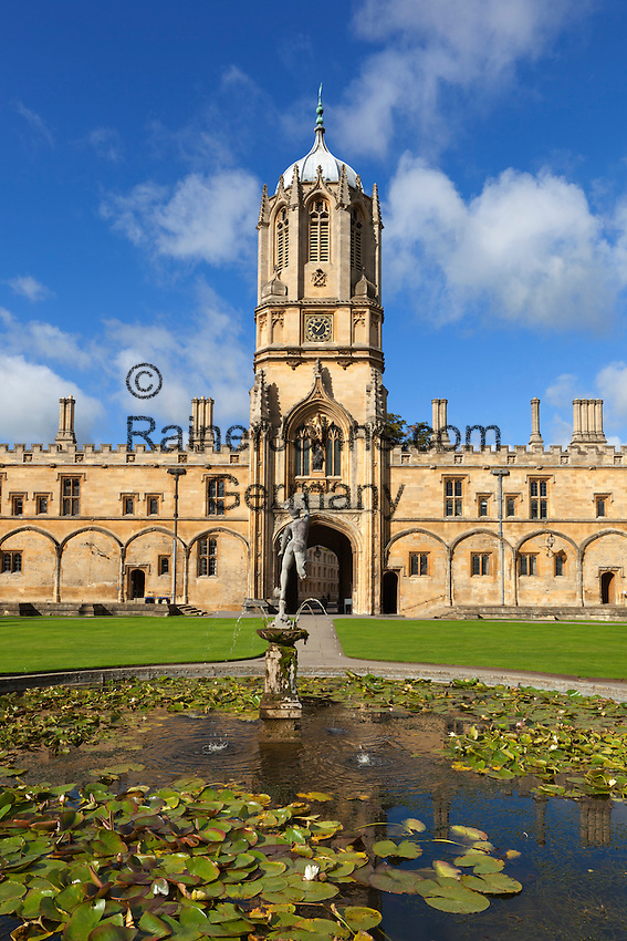 Great Britain, England, Oxfordshire, Oxford: Christ Church College (founded by Cardinal Wolsey in 1525), part of Oxford University. Tom Tower, upper part designed by Sir Christopher Wren in 1682, and the pond in Tom Quad | Grossbritannien, England, Oxfordshire, Oxford: Christ Church College (gegruendet von Cardinal Wolsey 1525), gehoeren zur Oxford University. Tom Tower, obere Teil designed von Sir Christopher Wren 1682, and der Teich im Tom Quad